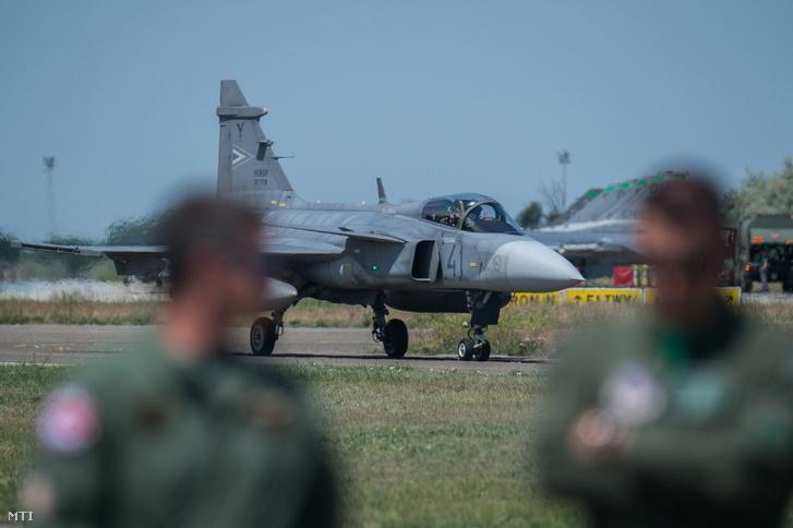 Egy Gripen vadászrepülőgép a Load Diffuser 2017 gyakorlat szakmai napján Kecskeméten az MH 59. Szentgyörgyi Dezső Repülőbázison 2017. június 2-án.