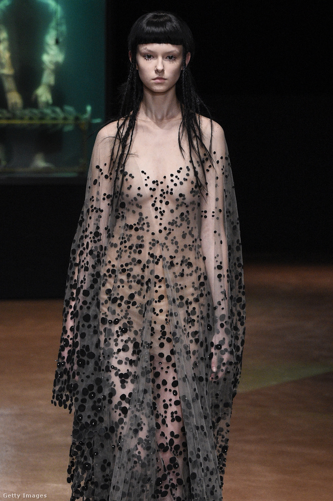 Iris Van Herpen ebből a modellből tündelányt csinált fekete pöttyökkel