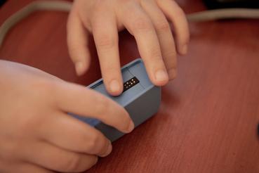 A görgős modul tetején egy darab Braille-cella jeleníti meg a betűket.