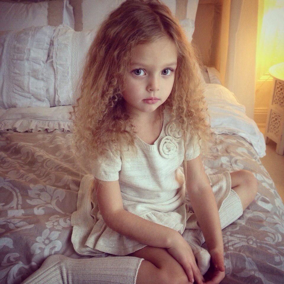 A 8 éves Anna Pavaga a legkeresettebb orosz gyerekmodell. Őt tartják a legszebb gyermeknek a világon. Édesanyja óvva menedzseli, kizárólag rajta keresztül ajánlhatnak munkát a lányának a híres divatcégek.