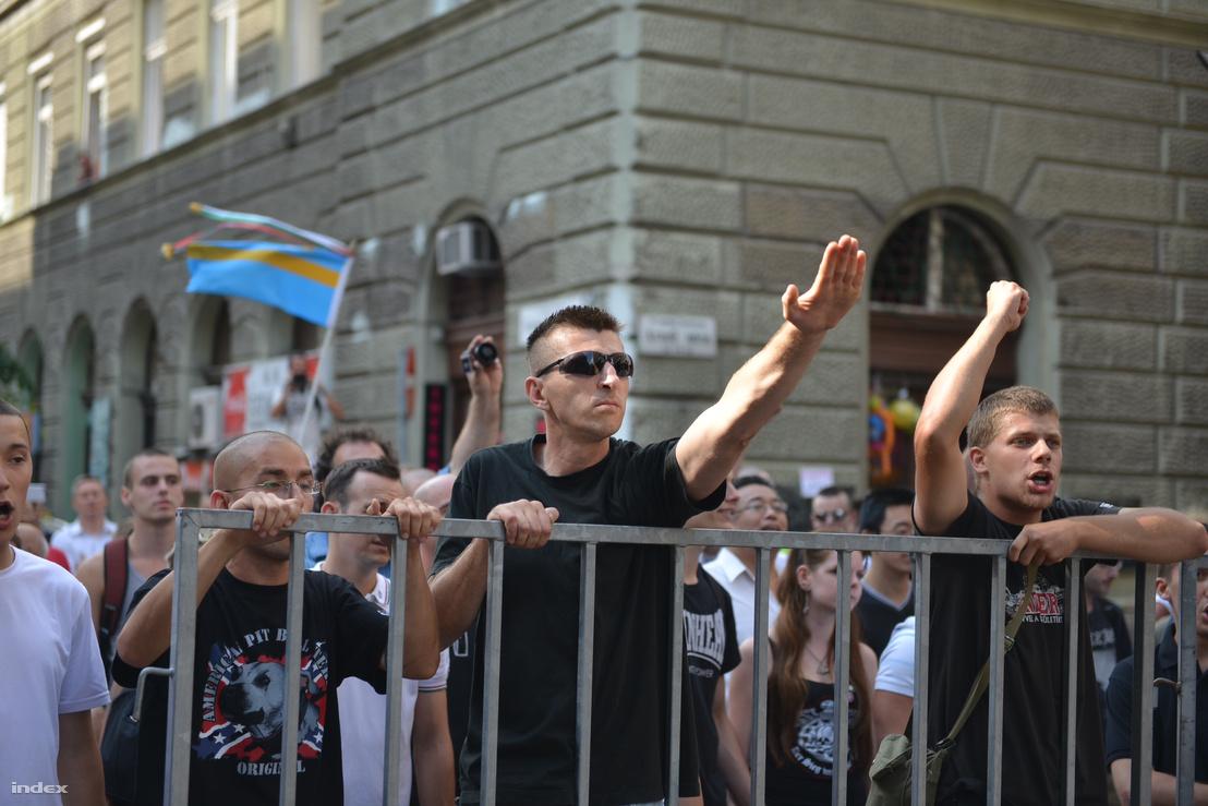 Ellentüntetők a Pride útvonala mellett 2013-ban