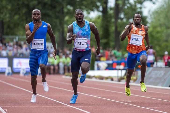 Justin Gatlin (középen) Akani Simbine és Ben Youssef Meité mellett a 100 méteres síkfutás döntőjében.