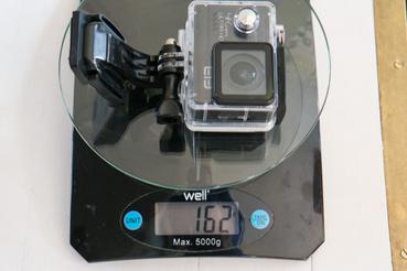 Összehasonlításul egy akciókamera vízálló tokkal sokkal nehezebb