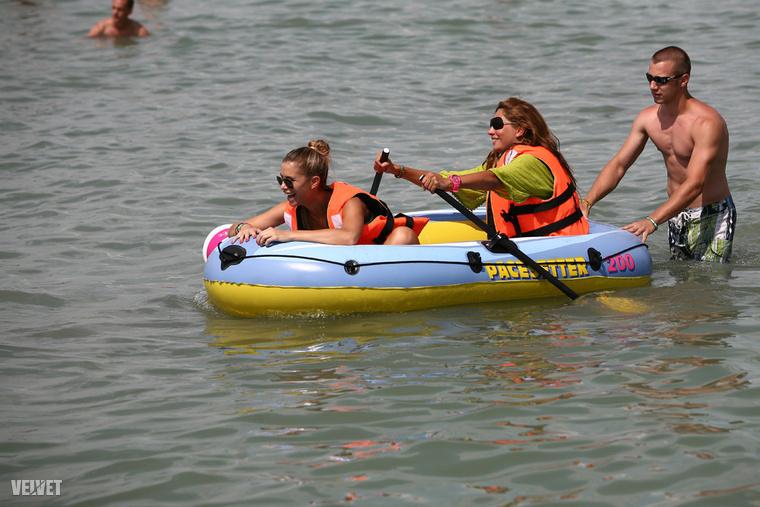 Olykor odamennek celebek is, itt például az egy csónakban evező Horváth Évát és Dukai Reginát tekinthetjük meg, 2011-ből;