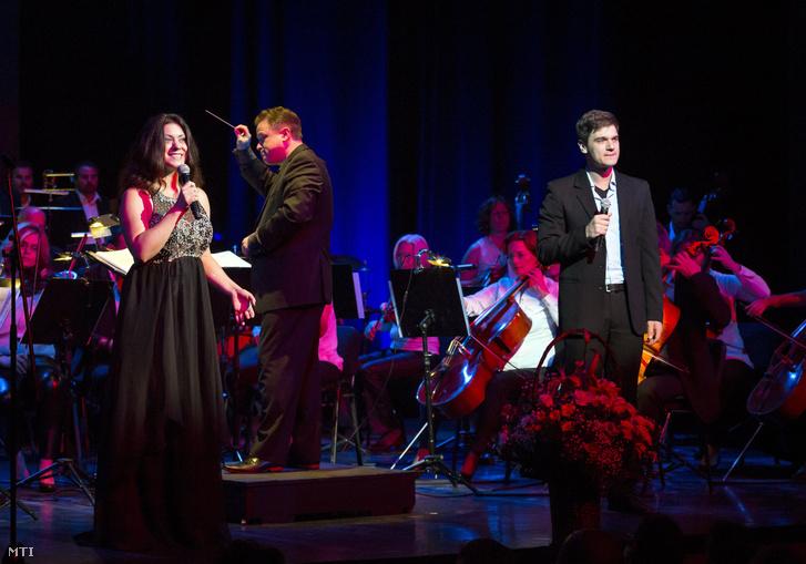 Brassói-Jőrös Andrea és Juhász Levente, a dalverseny fődíjasai énekelnek a 10. Armel Opera Festivál gálaestjén a Thália Színházban 2017. július 4-én.