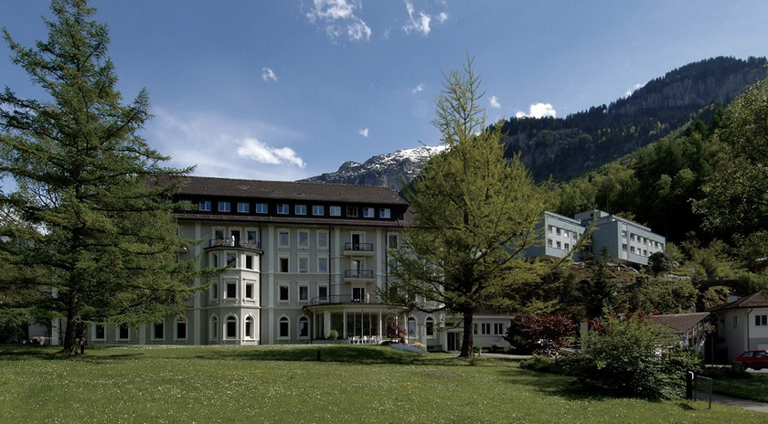 Meiringen szanatóriuma a Berni-Alpok ölelésében található, ahol burn out- és borderline-zavarokkal küzdőket, kábítószerfüggőket, illetve Parkinson- és Alzheimer-kórosokat is kezelnek.