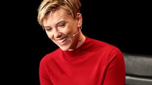 Scarlett Johanssont óriási tetkóval a hátán látták