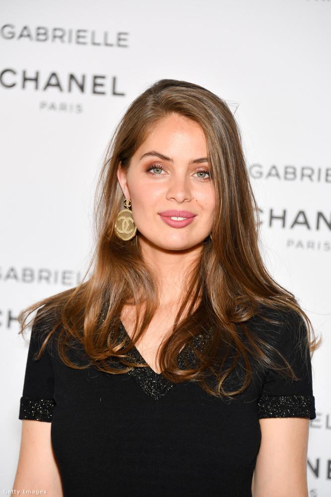 Ő meg itt a tesója, Marie Ange Casta, aki egy új Chanel parfüm bemutatása iránt tanúsított érdeklődést.