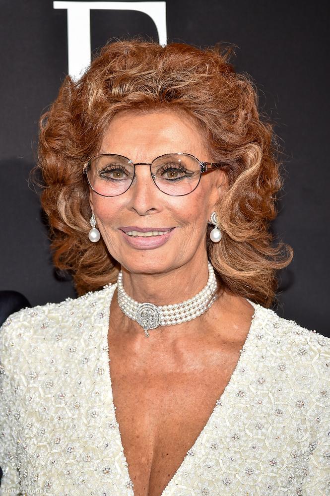 Apropó, az megvan, hogy Sophia Loren színésznő már 82 éves? A párizsi divathéttől az ő fotójával búcsúzunk,viszlát!