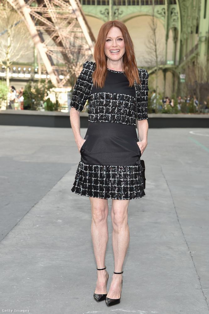 Hasonló érdemekkel rendelkezik Julanne Moore színésznő is, aki színészi teljesítménye mellett végtelenül hosszú lábai miatt is dicséretet érdemel.