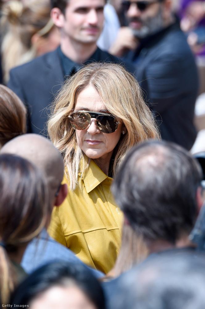 Celine Dion valamilyen rejtélyes megfontolásból Emily Ratajkowskizással kezdte párizsi tartózkodását, vagyis meztelen fotót posztolt a szobájából, de aztán szerencsére megtalálta a ruháit.