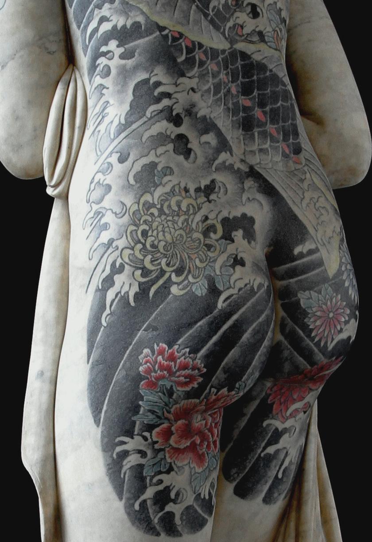 A kortárs body art jegyeit viselő tetoválási mintákból valamelyik alvilági banda csoporttetoválása köszön vissza.