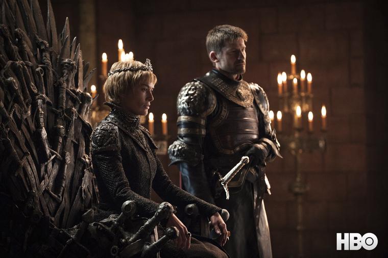 Az trónon.