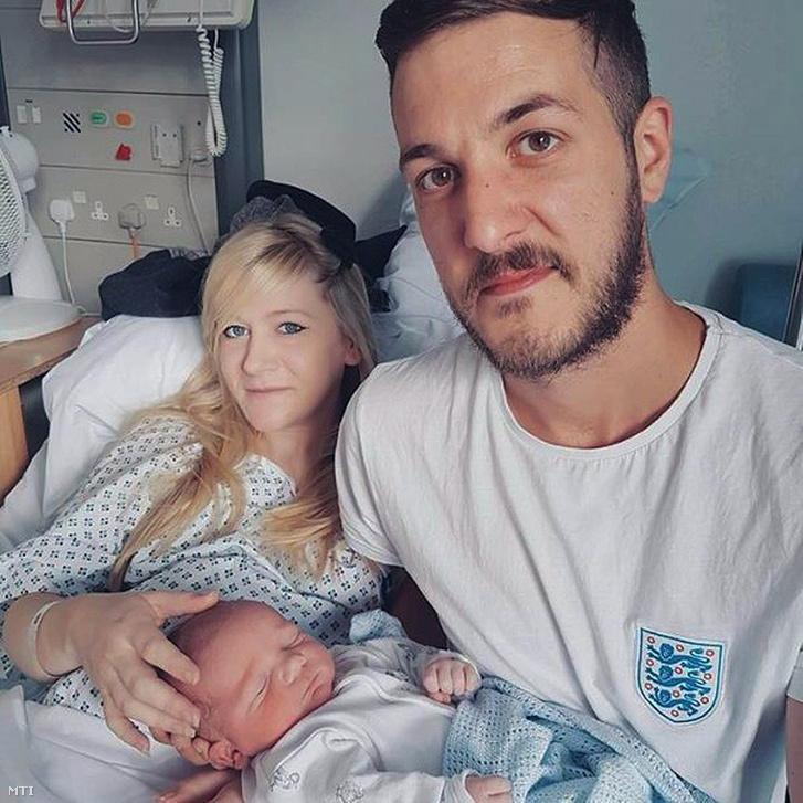 Egy Charlie Gard családja által közreadott dátum nélküli a londoni Great Ormond Street-i Kórházban készített kép Chris Gardról Connie Yatesről és a kisfiukról Charlie Gardról.