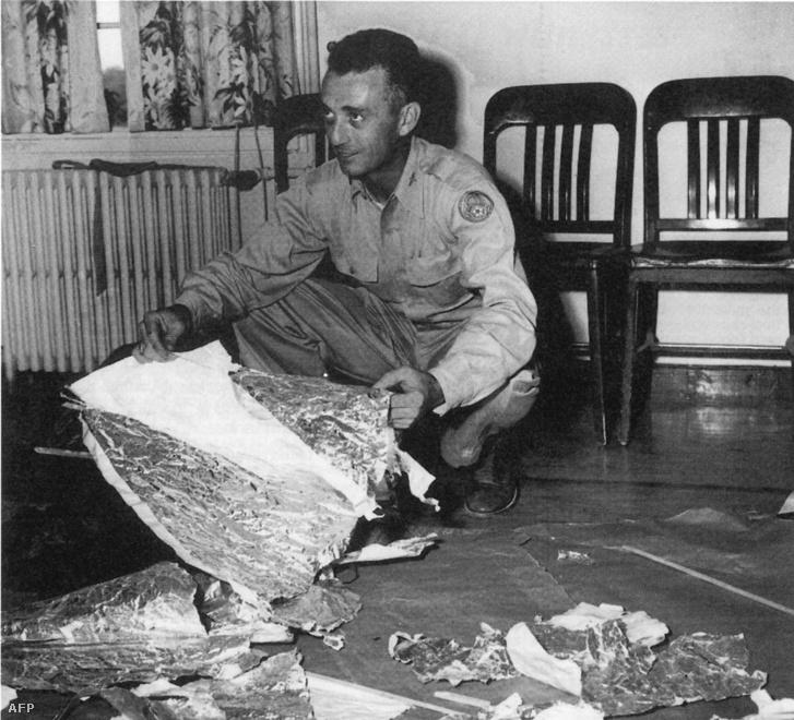 Jesse Marcel őrnagy a lezuhant tárgy maradványaival