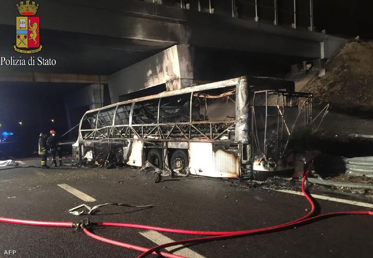 A kiégett busz Verona közelében