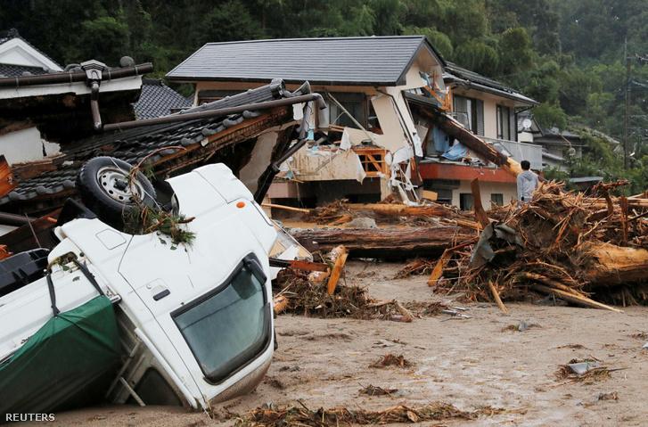 Megrongált házak és autók Aszakurában