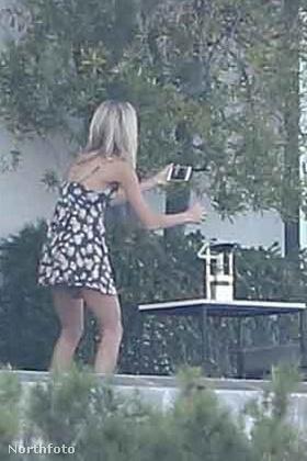 Annyira menő buli volt ez, hogy még a pezsgőt (vagy mit) is érdmes volt lefotóznia egy meglehetősen modell alkatú szőke lánynak.