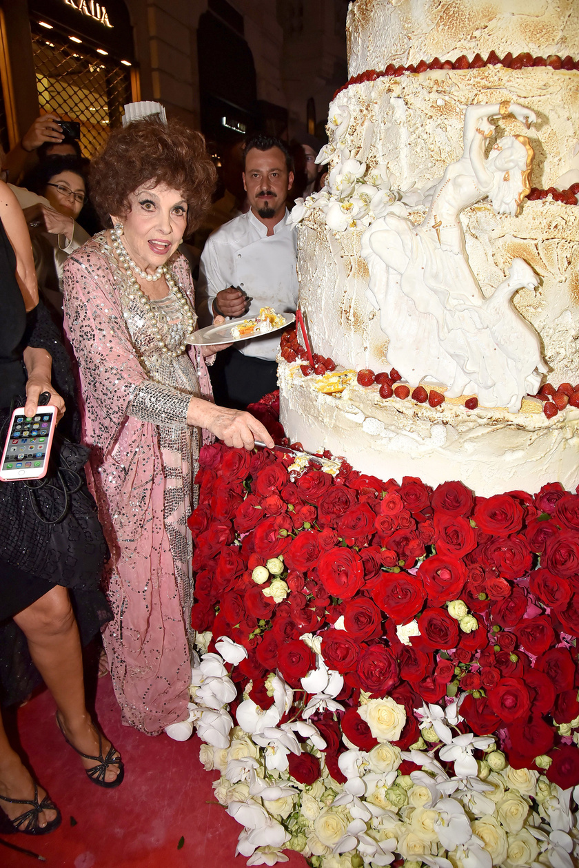 A színésznő láthatóan nagyon meglepődött az óriási születésnapi tortája láttán.