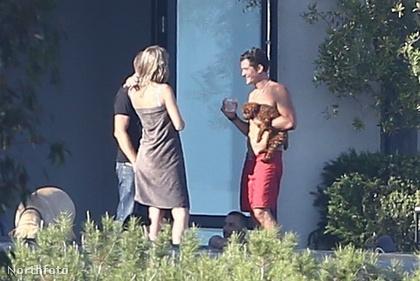 A facér Orlando Bloom egy cuki kutyával a kezében dumál valami nővel.