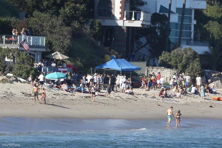 Íme, egy buli Malibu partján.