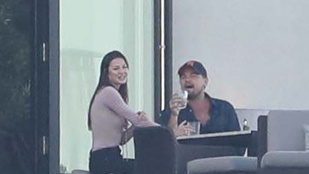 Leonardo DiCaprio egy barna hajú csajjal és híres haverjaival ünnepelt