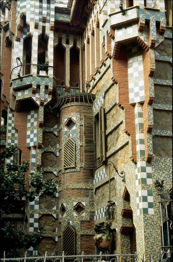 La Casa Vicens 1883 és 1888 között épült. A díszítő kerámiák a megrendelő, Manuel Vicens i Montaner, barcelonai kerámiagyáros foglalkozására utalnak. Az egyetlen családnak szánt ház volt az első, amit Antonio Gaudí tervezett.