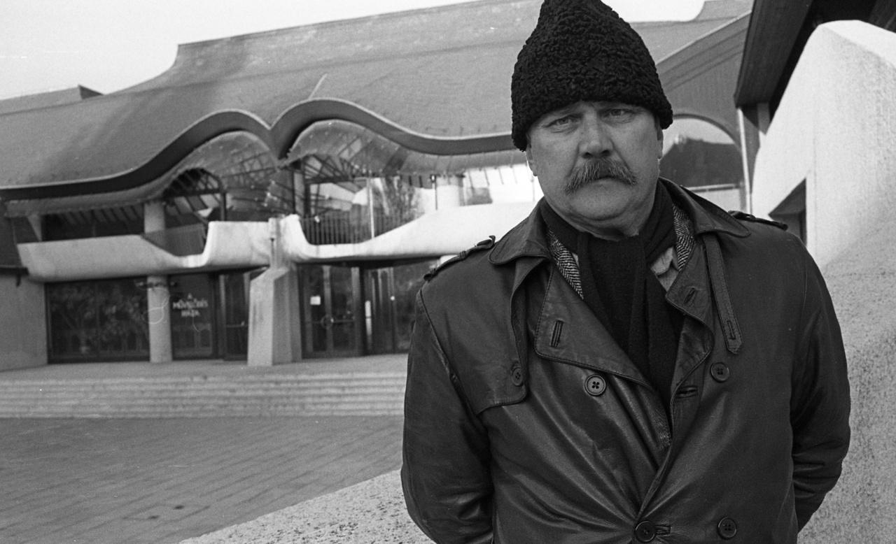 Amikor a riport készült, Makovecz Imre 54 éves volt. Már megvoltak azok az épületei, amelyek valódi nevet szereztek neki itthon, s mint a fotók elkészülte bizonyítja, a határon túl is. A sors fintora, hogy iskolát az itt is bemutatott - néha még ezeknél is kisebb - házakkal teremtett. Igazán komoly, nagy közintézményre alkotópályája csúcsán alig kaphatott megbízást, pláne nem a fővárosban. Ugyanakkor még rengeteg épület állt előtte a következő évtizedekben, de ez már egy másik történet.