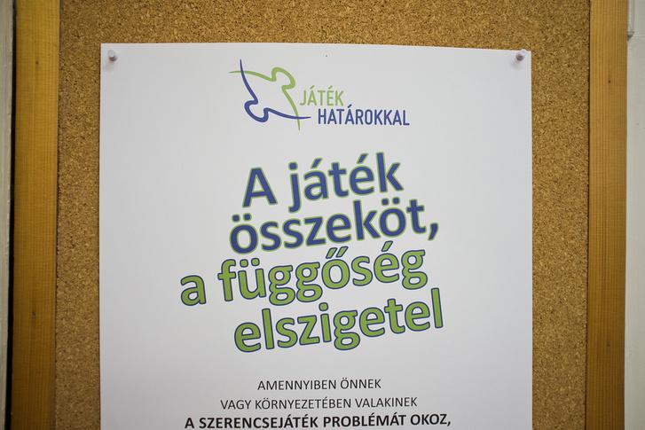 Az Ökumenikus Segélyszervezet szenvedélybetegekkel foglalkozó programjának posztere.