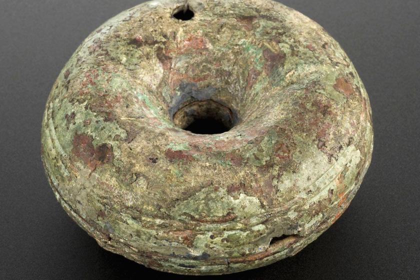 Hihetetlen, de ez a bronz méhszájsapka, azaz pesszárium i. e. 200-400-ból való. A lyuk, ami a közepén látható, arra szolgált, hogy az előzetesen a méhszájba helyezett rúd segítségével a helyén maradjon.