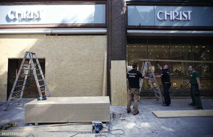 A belvárosi üzletek zavargásokra készülve bedeszkázák kirakataikat