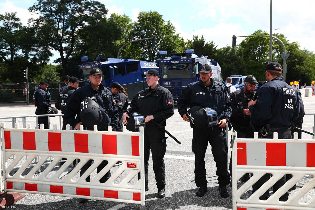 Német készenléti rendőrök a G20-as csúcs helyszínén. Háttérben vízágyú.
