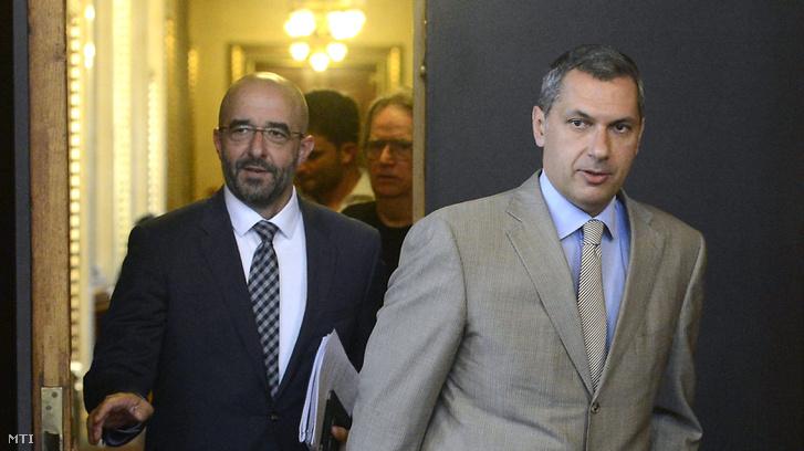 Lázár János a Miniszterelnökséget vezető miniszter Kovács Zoltán kormányszóvivő (b) társaságában érkezik szokásos heti sajtótájékoztatójára.