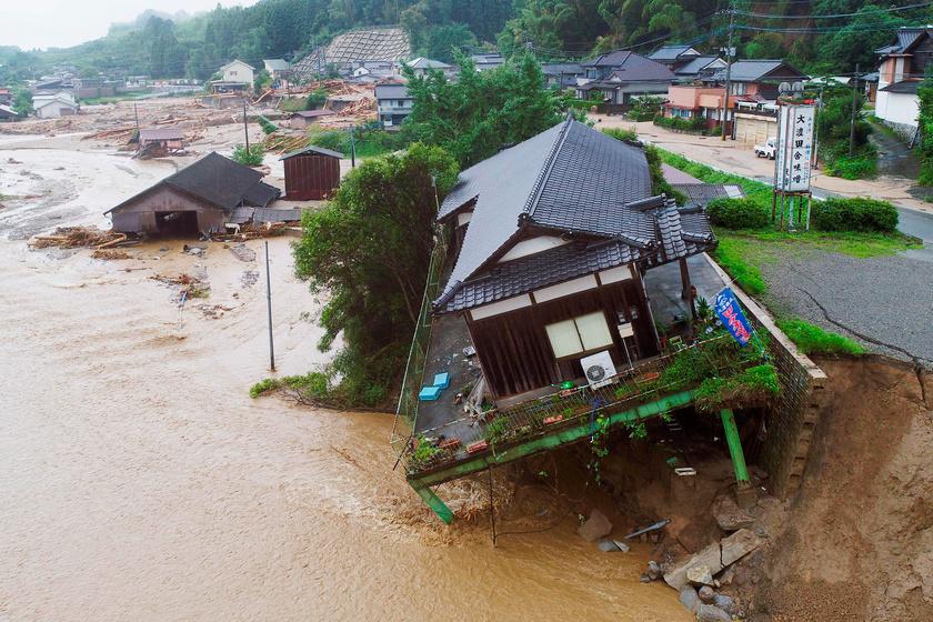Több helyen a házakkal együtt beszakadt a föld, mert a nagy mennyiségű víz alámosta az utat.