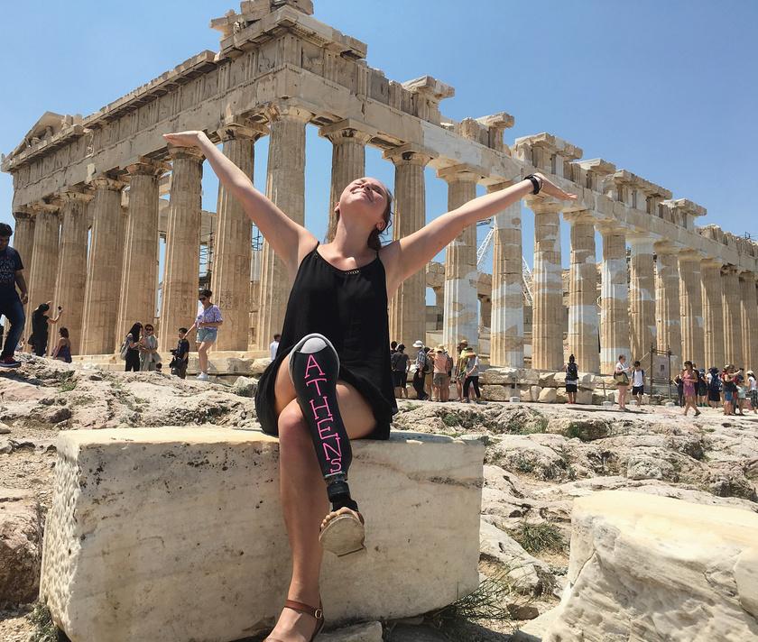 Devon az utazás minden pillanatát élvezte, az athéni Parthenónnál boldogan pózolt.