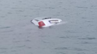 Pecázó rendőrök mentettek ki két embert egy tóba csúszó autóból
