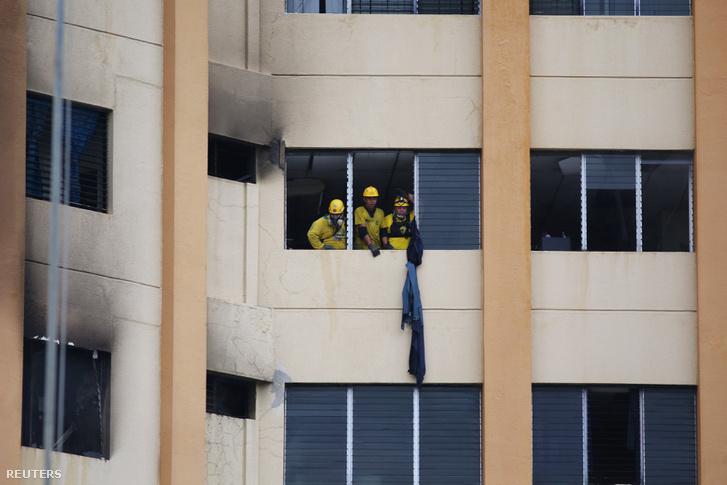 Mentőcsapat dolgozik az egyik emeleten, ahol tűz pusztított