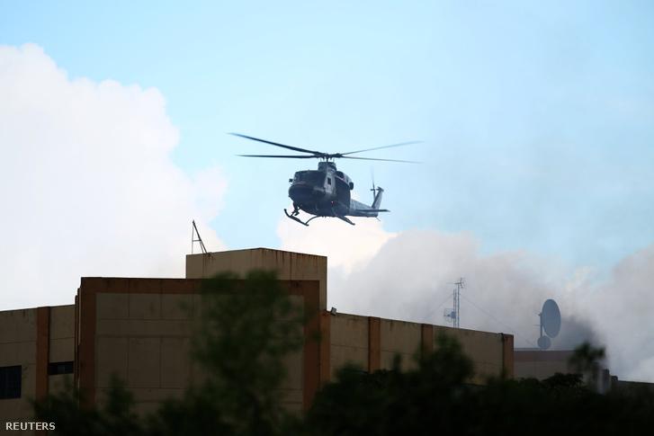 Katonai helikopter a füstölgő minisztérium fölött