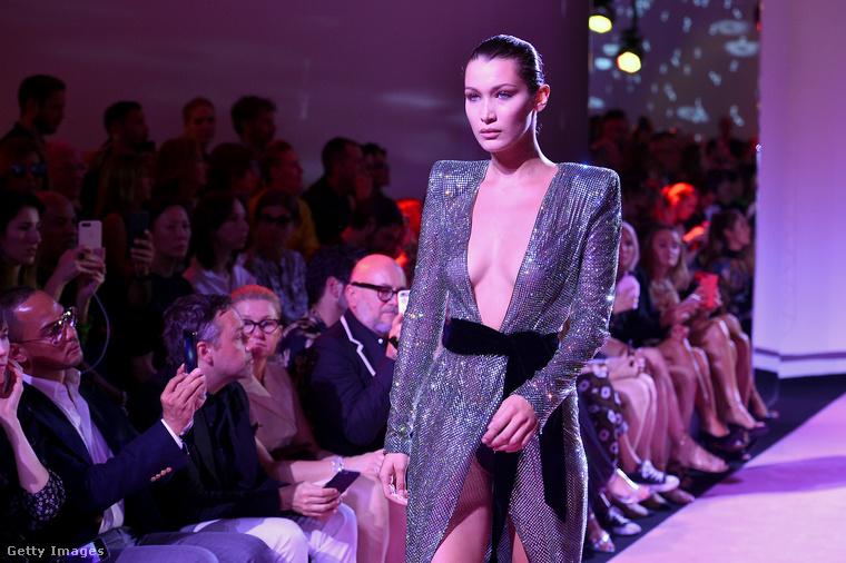 A világhírű topmodell Bella Hadid is ott volt a divatvilág nagy seregszemléjén, de hiába volt szép az arca, mindenki a melleire figyelt.