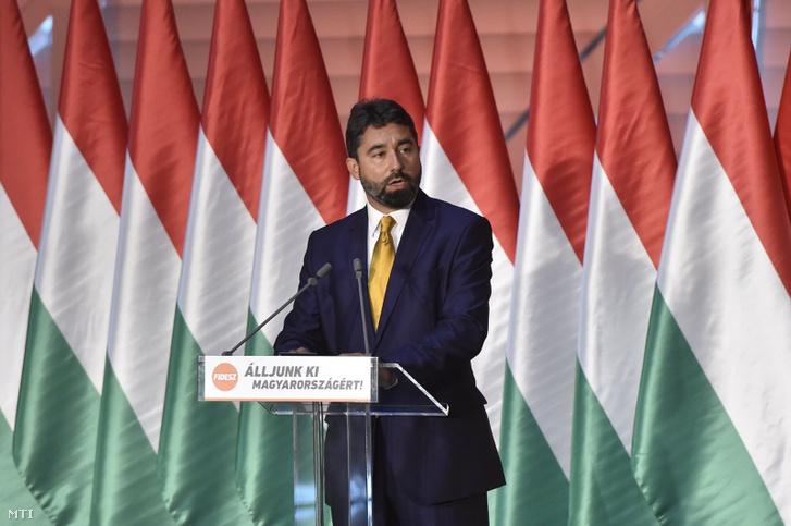 Hidvéghi Balázs a Fidesz kommunikációs igazgatója a Fidesz-frakciónak a nemzeti konzultációt kísérő Álljunk ki Magyarországért! országjáró rendezvénysorozatának záróeseményén.