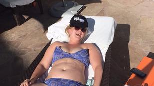 Amy Schumer úgy napozik a bikinijében, hogy az kimeríti a polgárpukkasztás fogalmát