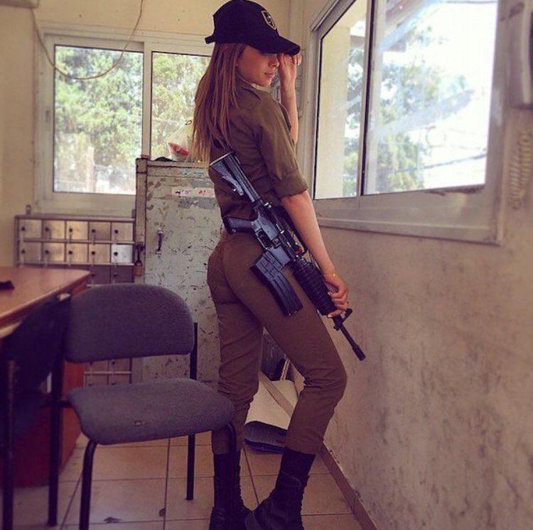 Az ifjú hölgy a sorkatonai kötelezettség keretében veszi ki részét hazája védelméből.