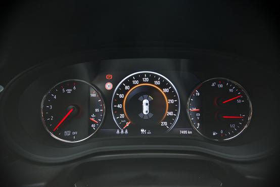 Félig virtuál a cockpit, a kilométerórán csak pixelekből van a mutató