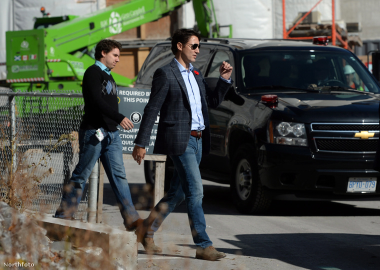 Kanada miniszterelnöke, Justin Trudeau zakóban, mögötte az asszisztense, Tommy Desfossés.