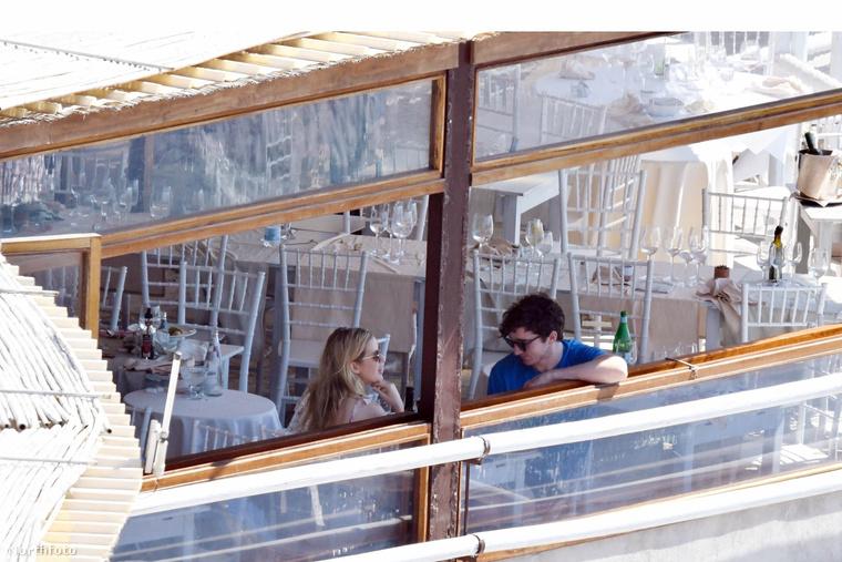 Goulding és barátja egy hajón található étteremben fogyasztotta el a könnyű nyári ebédet