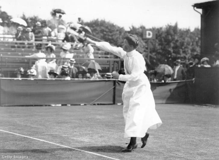 A wimbledoni női tornát 1895-ben, 1896-ban, 1898-ban, 1901-ben és 1908-ban is megnyerő Charlotte Sterry egy 1908-as képen, játék közben