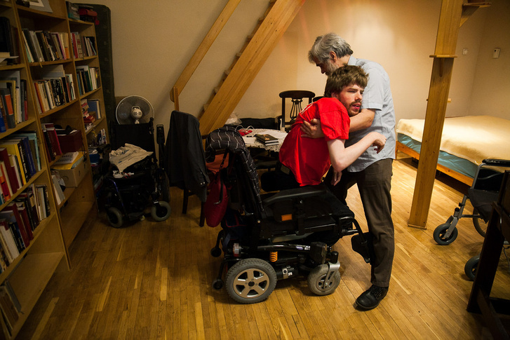 Vincét a szomszédban lakó édesapja ülteti át az elektromos székébe, amivel a városban közlekedni tud