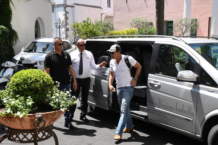 Bizony, Antonio Banderas! A fotók július 10-én készültek Olaszországban, Ischián, egy hotel előtt