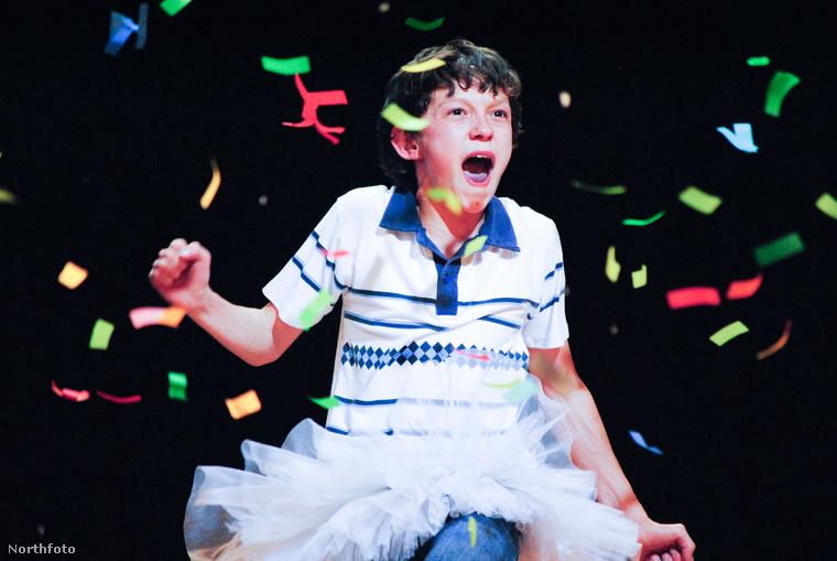 Nem véletlen.Mivel Tom Holland legalább annyira színész, amennyire táncos.Sőt! Egy wimbledoni tánciskolába járt.