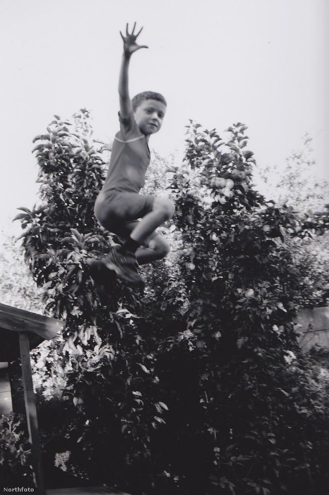 Amint az látszik, elég akrobatikus mozdulatai voltak már kisgyerekként.